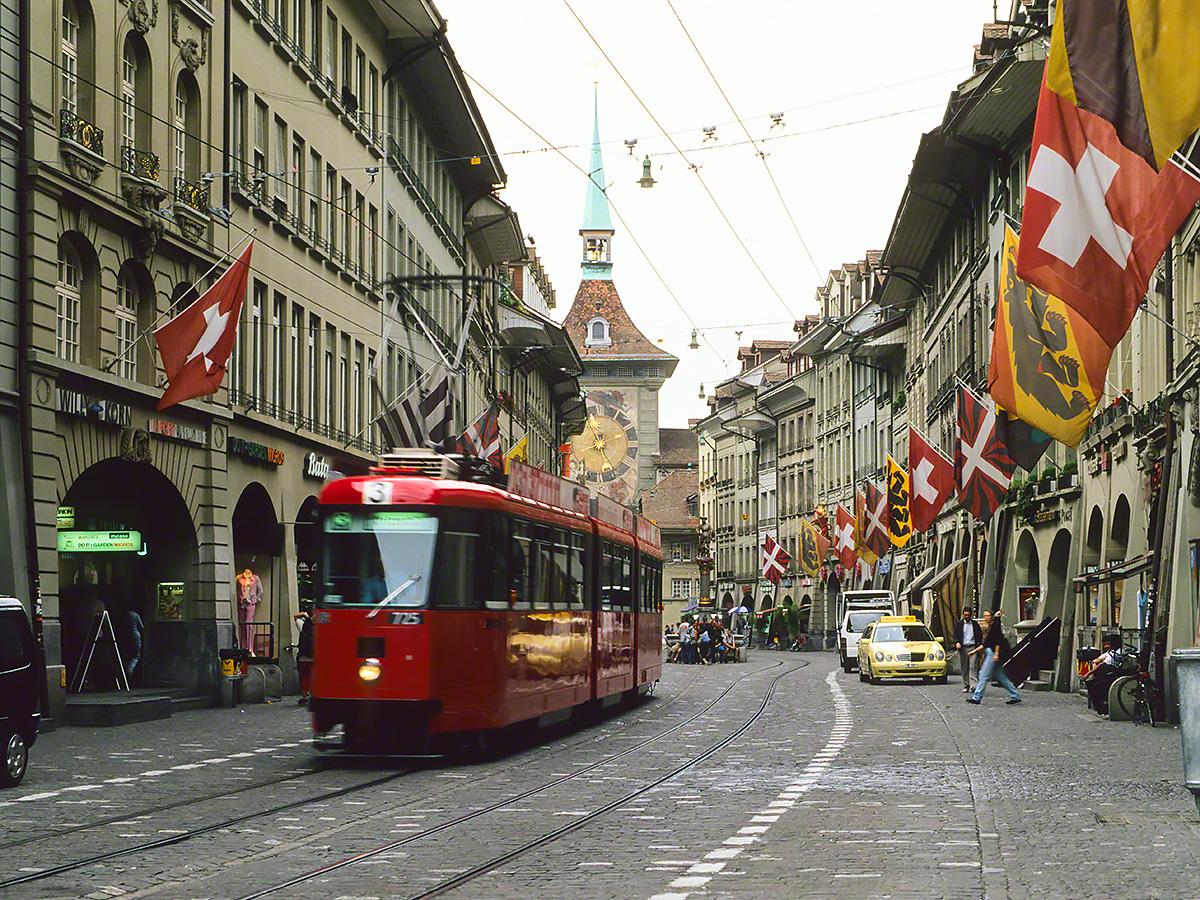 ベルンの石畳と赤い路面電車