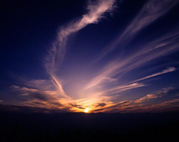 夕日と高い空の雲