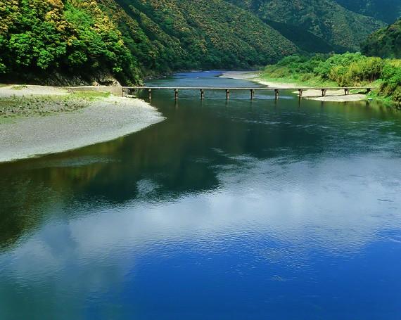川面に映る青空と新緑と沈下橋