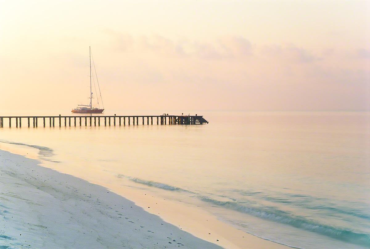 朝焼けの桟橋とヨット