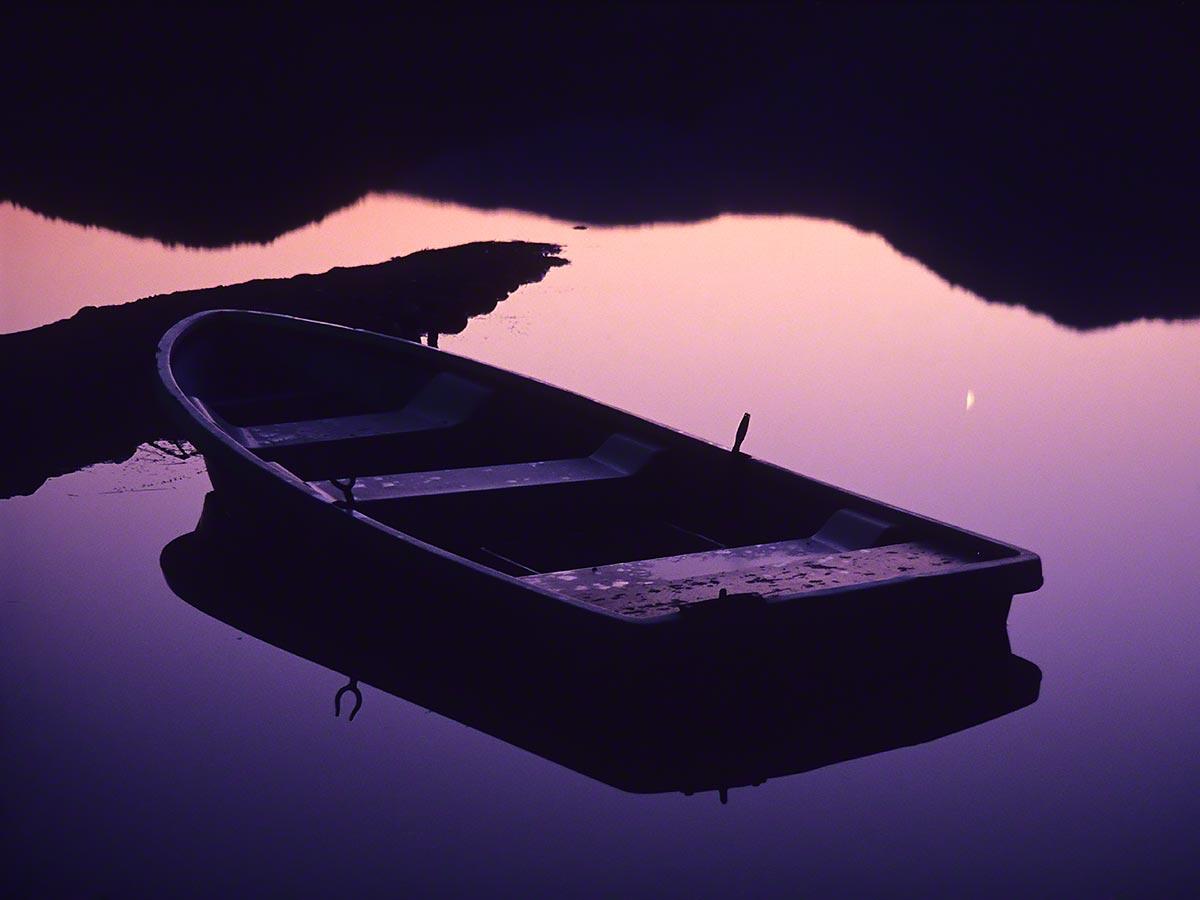 湖に映る宵の明星と薄暮の船