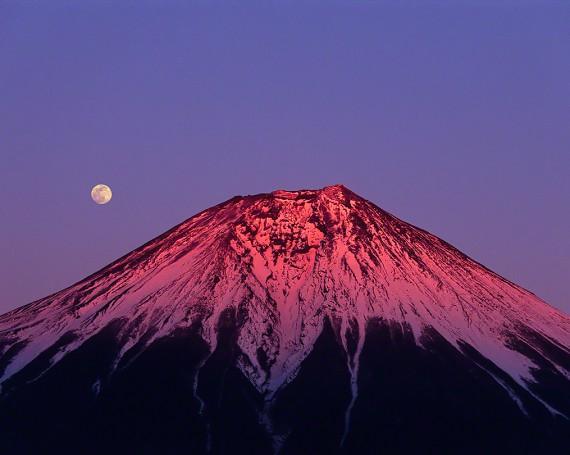 満月と夕照の赤富士