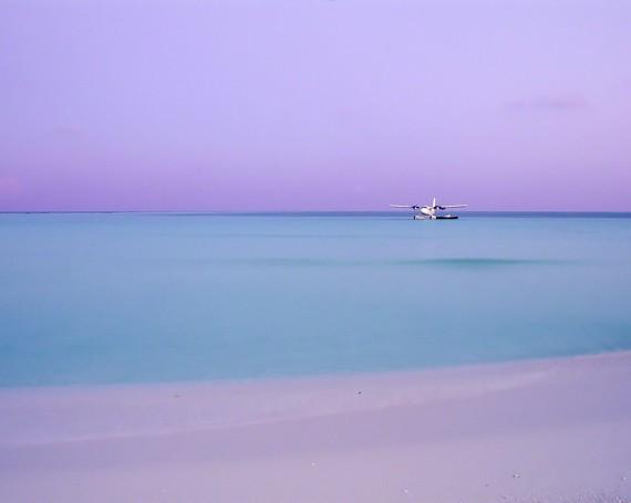 珊瑚礁に浮かぶ夕暮れの水上飛行機