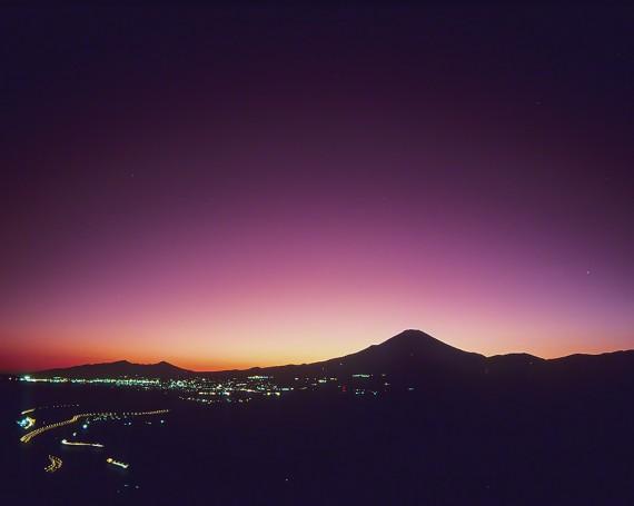 街灯と夕暮れの空に浮かぶ富士山