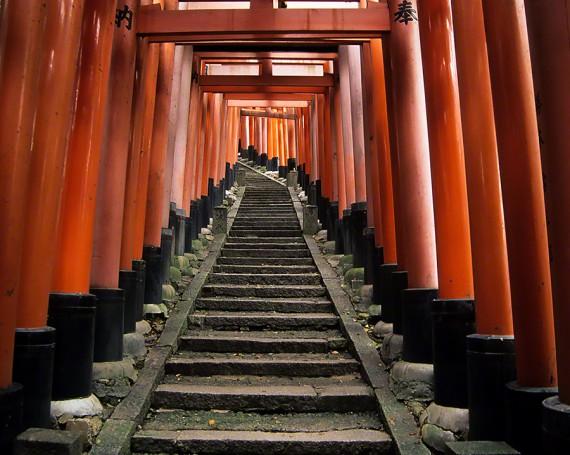 赤い鳥居の続く階段の参道