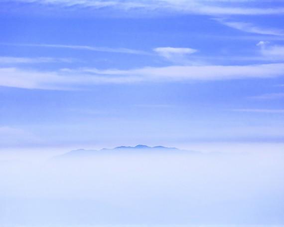霞む雲海から頭を出した山