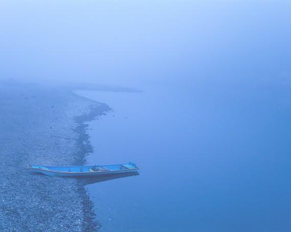 霧の四万十川に打ち上げられた船