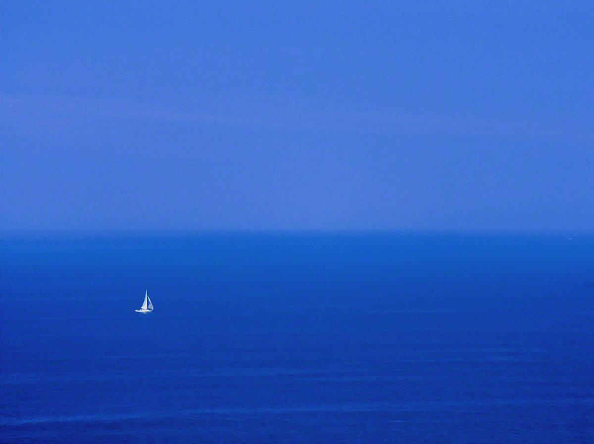 青い水平線と白いヨット