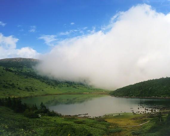 高山湖を這う白い雲