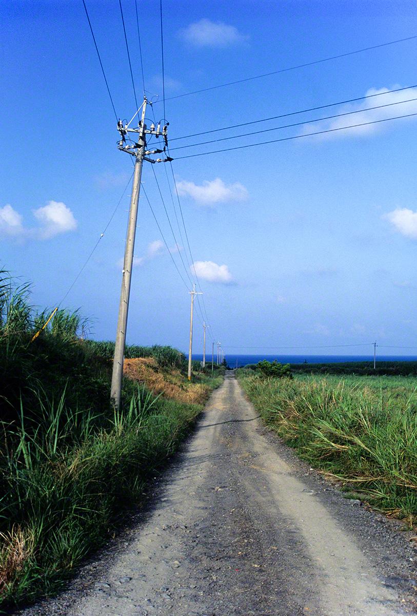 電柱と海に続く道