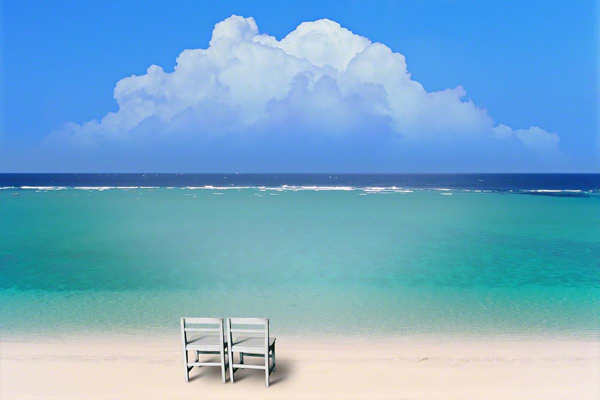入道雲と珊瑚礁の砂浜と白い椅子