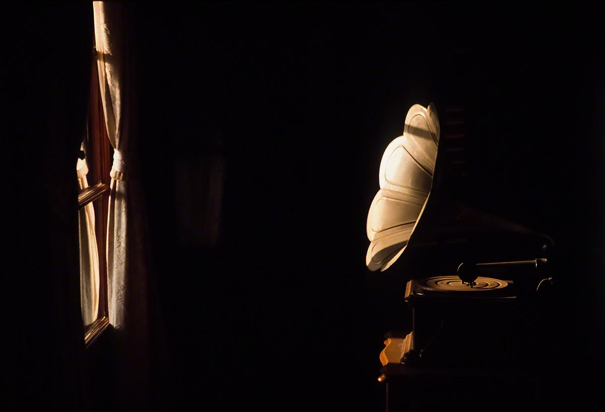 窓際の蓄音機